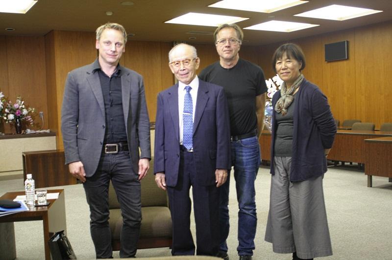 インタビュー取材を終えた赤﨑終身教授とSVTスタッフたち(本部棟5階第1会議室で)