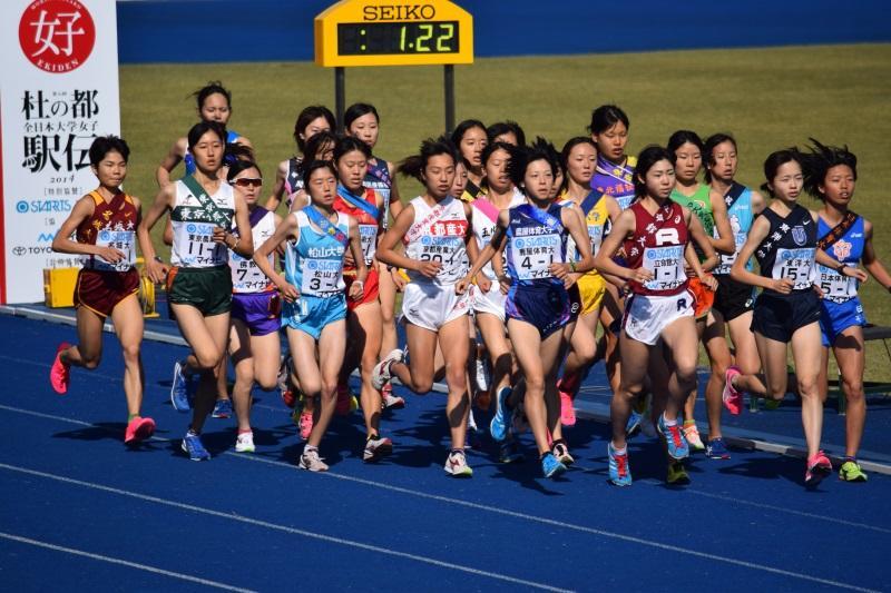26チームがスタートを切った仙台市陸上競技場。左端が赤坂選手