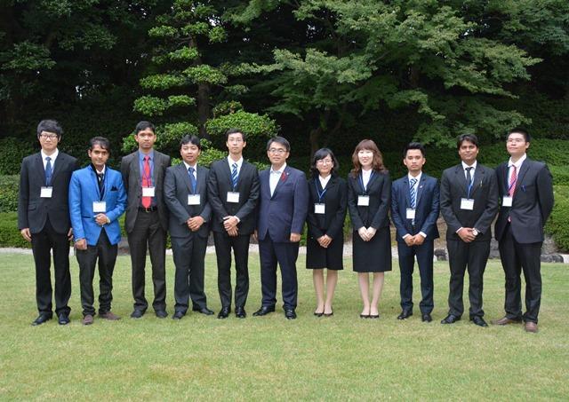 大村秀章愛知県知事を表敬訪問した2014年度採用者(左から5人目がドンさん、10月9日)