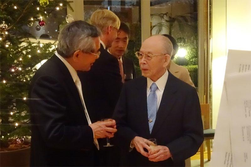 2010年に化学賞を受賞した根岸英一さんと情報交換する赤﨑終身教授