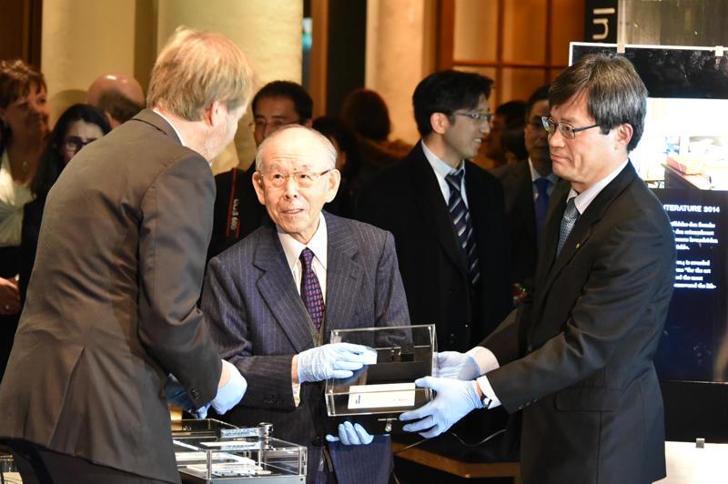 ノーベル博物館に展示品を寄贈する赤﨑終身教授と天野教授