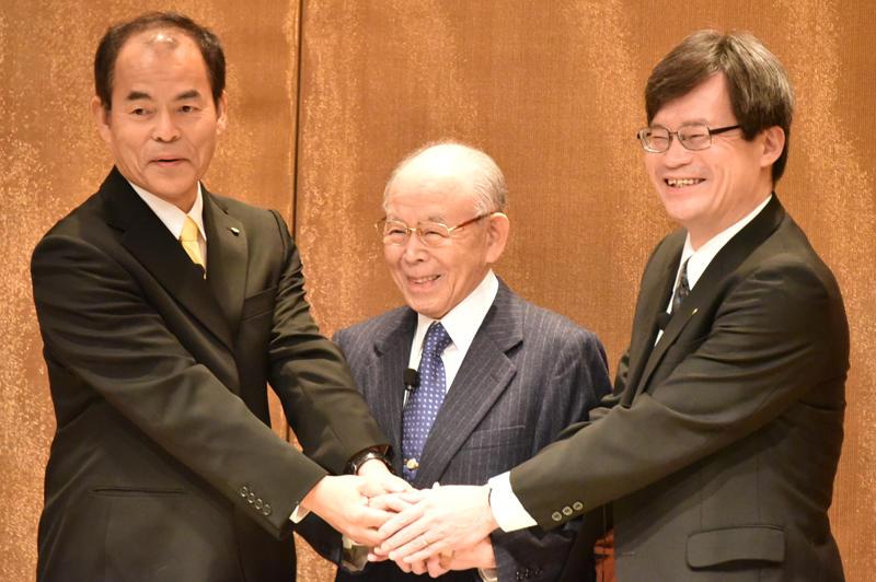 記者会見で握手する(左から)中村教授、赤﨑勇終身教授、天野教授