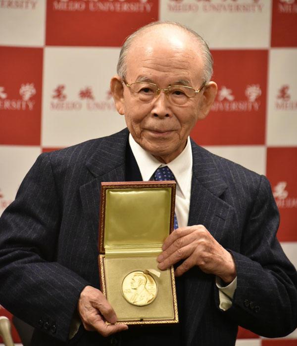 羽田空港での記者会見でメダルを披露する赤﨑終身教授(ロイヤルパークホテル ザ 羽田で12日午後5時)