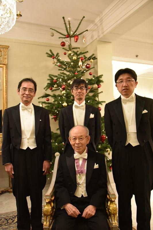 晴れの授賞式を前にした赤﨑終身教授と赤﨑研究室の3人。左から上山智教授、竹内哲也准教授、岩谷素顕准教授(12月10日、ストックホルムのグランドホテルで)