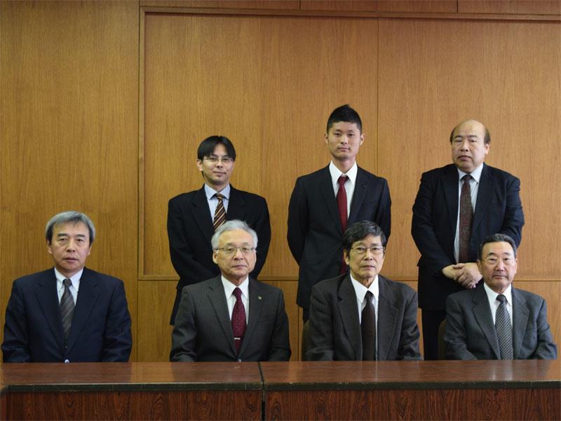 学長らに出場を報告した中嶋さん(後列中央)