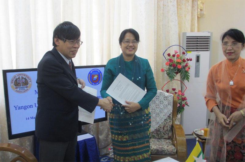 協定書を取り交わし、握手する宮崎経営学部長とルイン・ルイン・ソー大学長