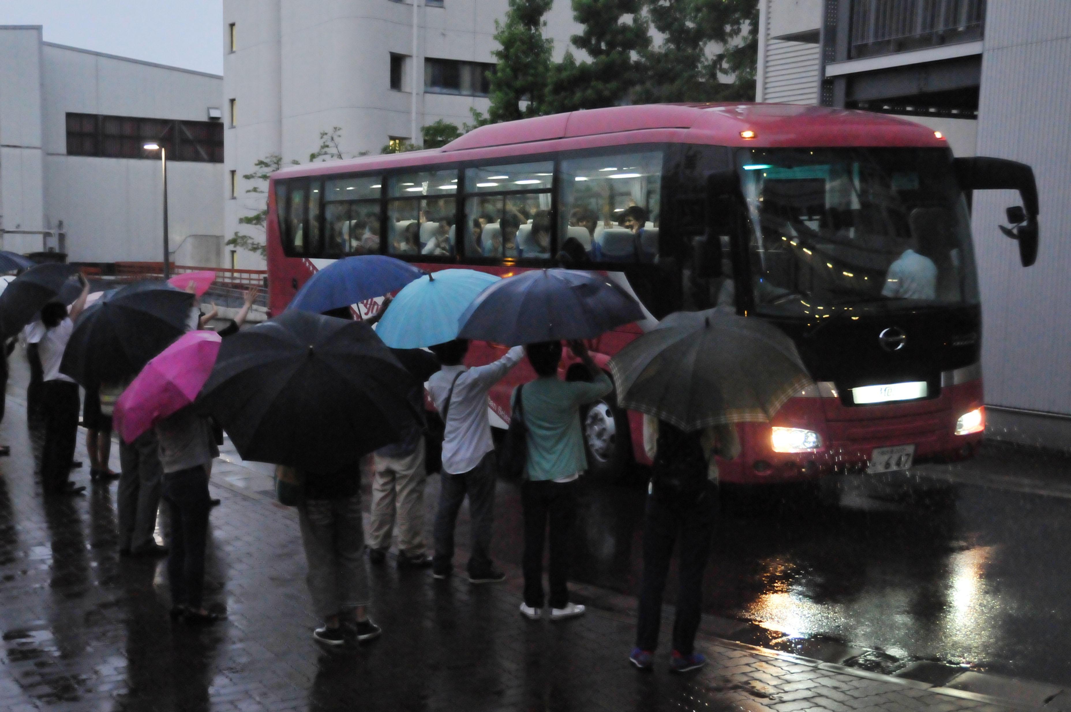 気仙沼市に旅立つバスを見送るボランティア学生と教職員