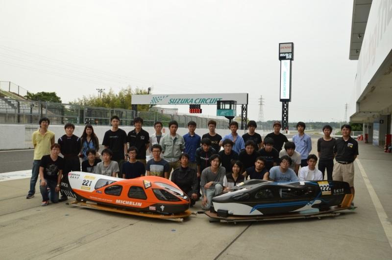 名城大学チームと優勝したSPICA(左)