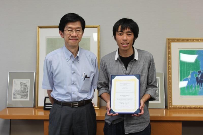 平松薬学部長(左)と石川博さん(右)