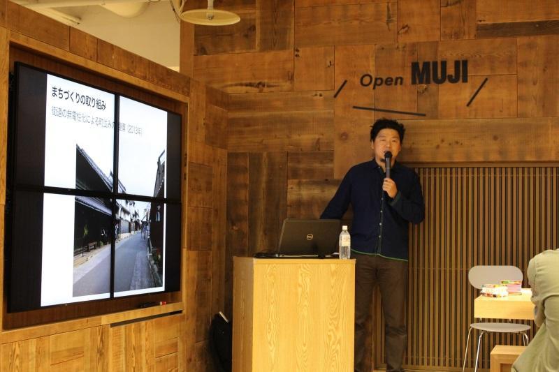 有松の歴史や建築物の特徴などを解説する柳沢准教授