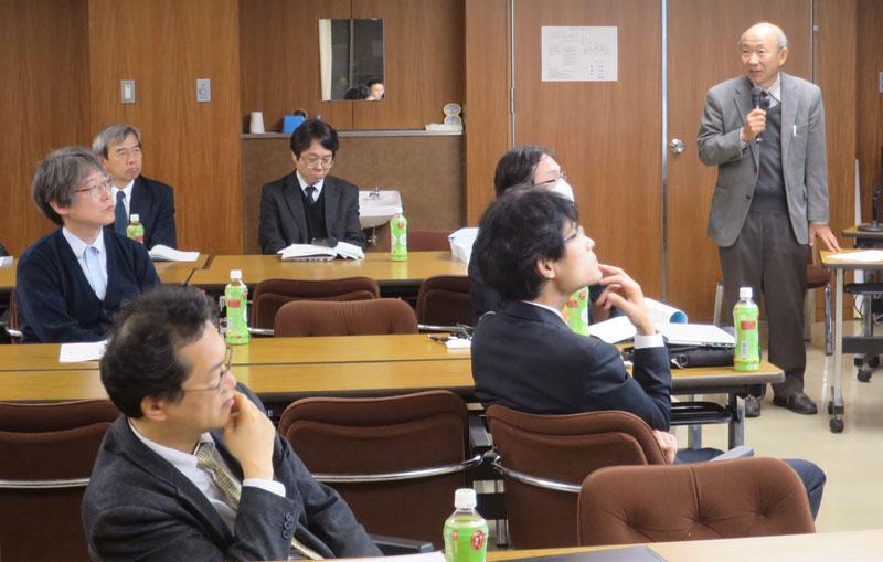 数学教育について報告する加藤准教授(右端)