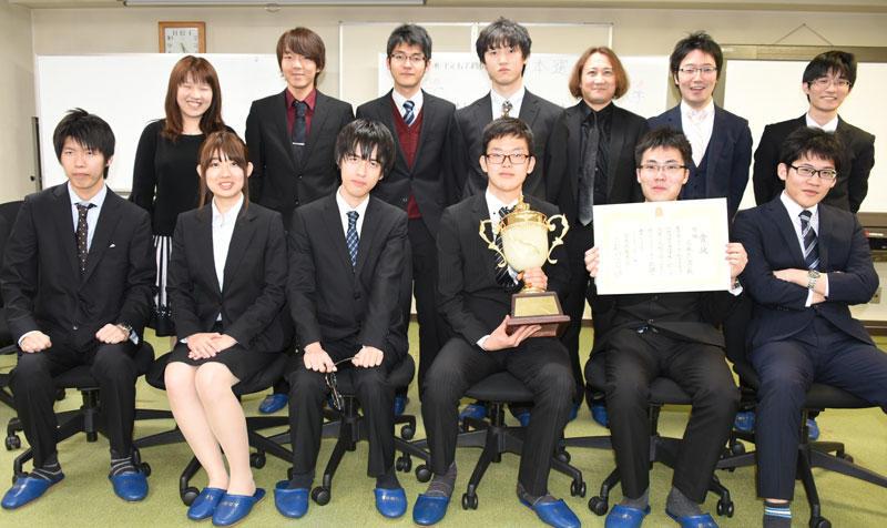 優勝杯とともに記念写真に納まる将棋部員ら