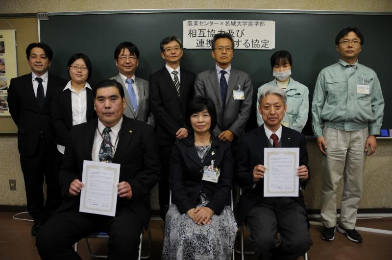 協定書を交わした小原学部長、伊藤天白区長、谷口センター長(前列左から)