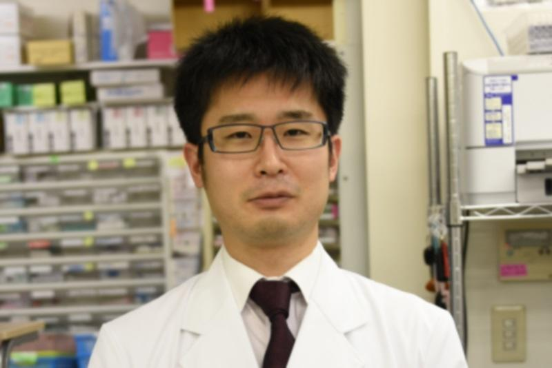 卒業生の瀧藤重道さん(2006年薬学部卒)の活動が2016年1月10日付の薬事日報に掲載されました。瀧藤さんは染色液で菌を染め分ける「グラム染色」を活用することで感染症の原因菌を推定し、抗菌薬の適正使用に役立てる活動を行っています。現在は薬局で調剤をしながら医師の訪問診療に同行し、介護付き有料老人ホームの入所者を対象に検体の「グラム染色」を実施して原因菌に合った抗菌薬を提案しています。瀧藤さんが「グラム染色」に関心を持ったのは病院から薬局に転職し、在宅医療現場の抗菌薬の使用実態を知ったことがきっかけです。その後、専門書を読み抗菌薬の勉強をしたり、原因菌推定の精度向上のため病院に研修に行き、「グラム染色」のレクチャーを受けるなど、さまざまな活動に取り組んでいます。瀧藤さんは「グラム染色の結果があると、医師に適正な抗菌薬の選択を提案しやすい。今後も抗菌薬適正使用のため活動を続けていきたいです。大学で学んだことがそのまま現場で活用できるとは限らない。現場で生かせる知識と技術を磨き続けることが重要だと学生に伝えたい」と話しました。