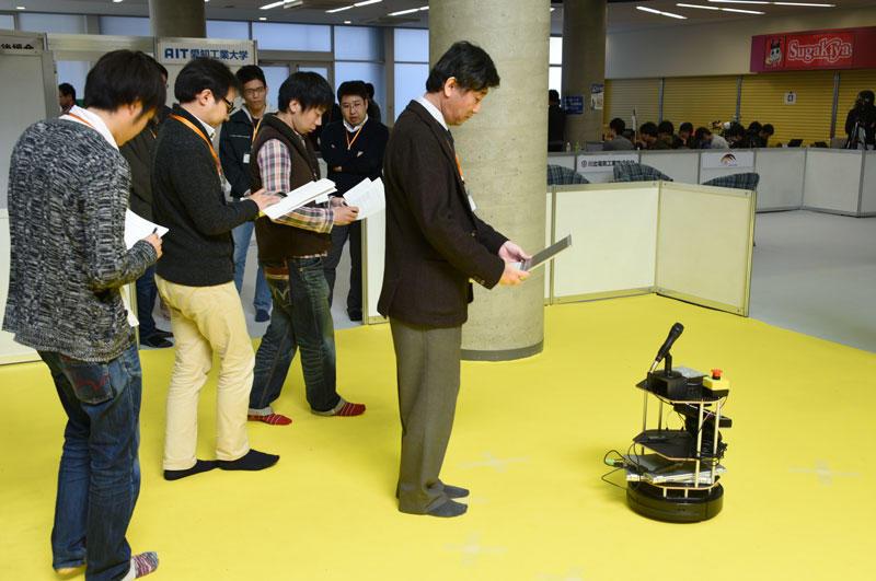 競技に臨むロボット=愛知工業大学で