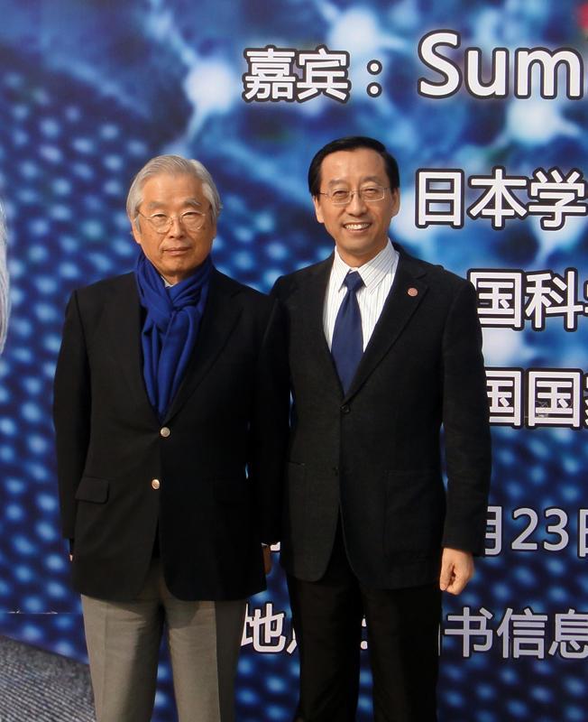 飯島教授(左)と上海交通大学校長(学長)