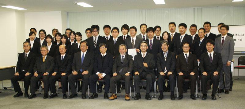 修了式参加者たちよる記念撮影(2月27日、MSAT多目的室で)