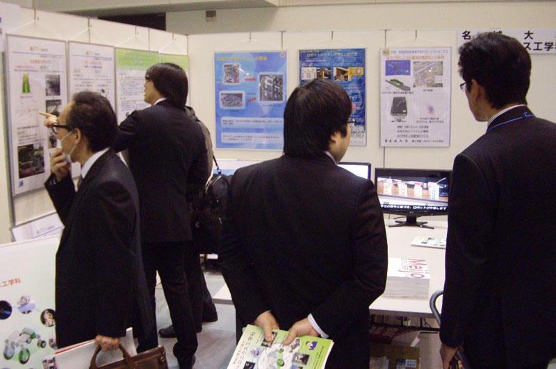 メカトロニクス工学科のブースを訪れた 来場者たち
