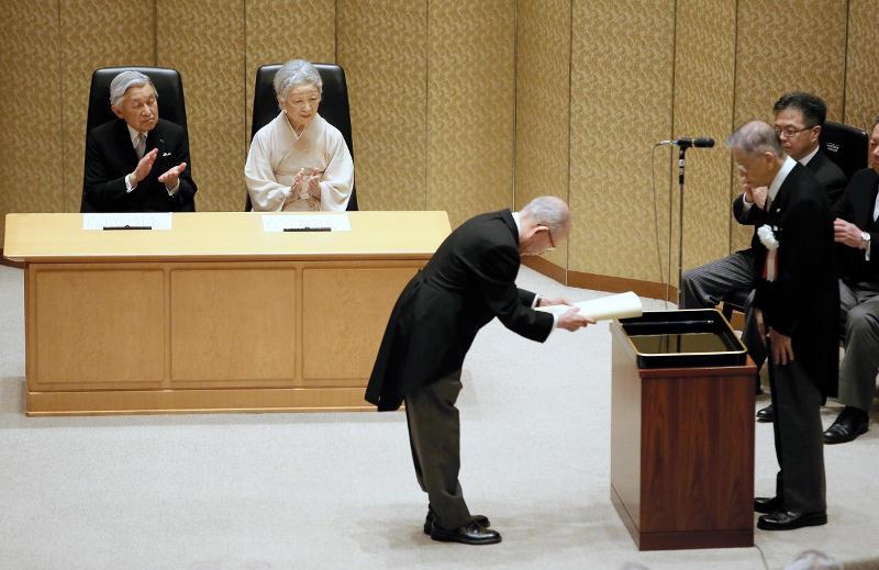 受賞する赤﨑教授=読売新聞社提供