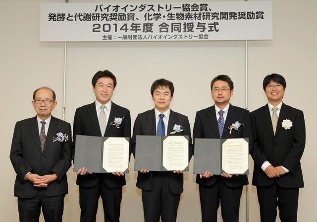 大石会長(左)と他の受賞者との記念撮影(右から2人目が志水助教、写真提供:JBA)