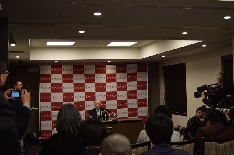 記者会見で出発前の心境を語る赤﨑終身教授