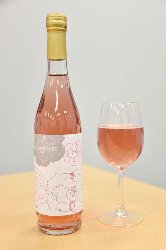 カーネーションの上品な雰囲気を持つ、淡いピンク色のロゼワインに仕上がりました。
