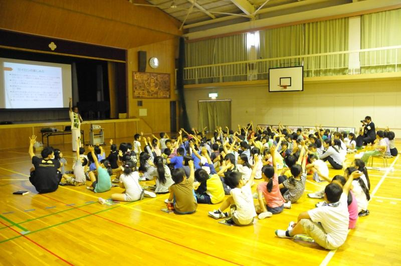 クマーラ教授の質問に手を挙げる児童たち