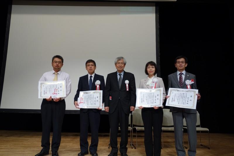 塚越会長(真ん中)とほかの受賞者との記念撮影(一番左が志水助教)