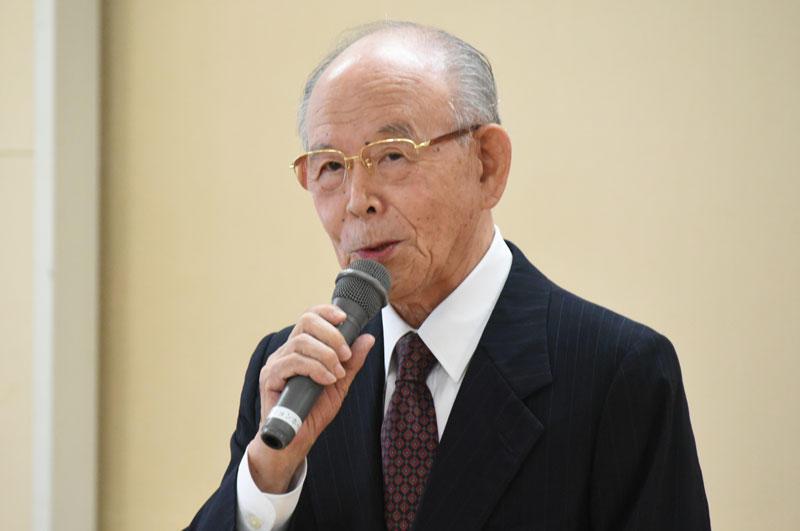 祝辞を述べる赤﨑終身教授
