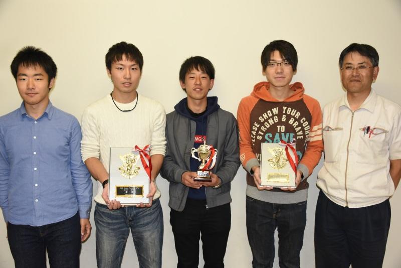 優勝・準優勝を喜ぶ理工学部交通機械工学科の中島公平教授(右)とエコノパワークラブの部員