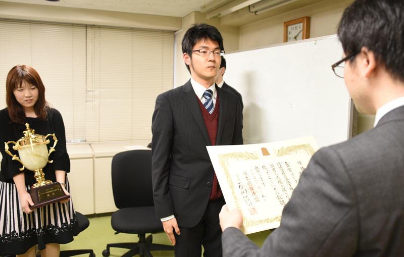 賞状を受ける國分さん(中央)。左は中澤さん。