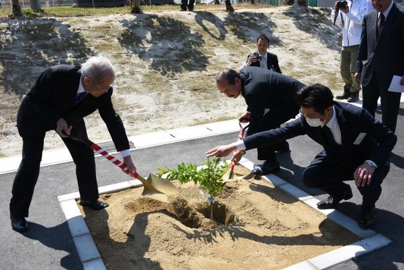 教育研究館の前で行われた植樹式