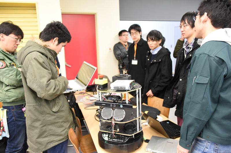 ロボットを囲んで打ち合わせをするメカトロニクス工学科の「TeamRSDLab」