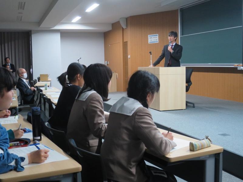 Professor Takeuchi gives a talk at the symposium