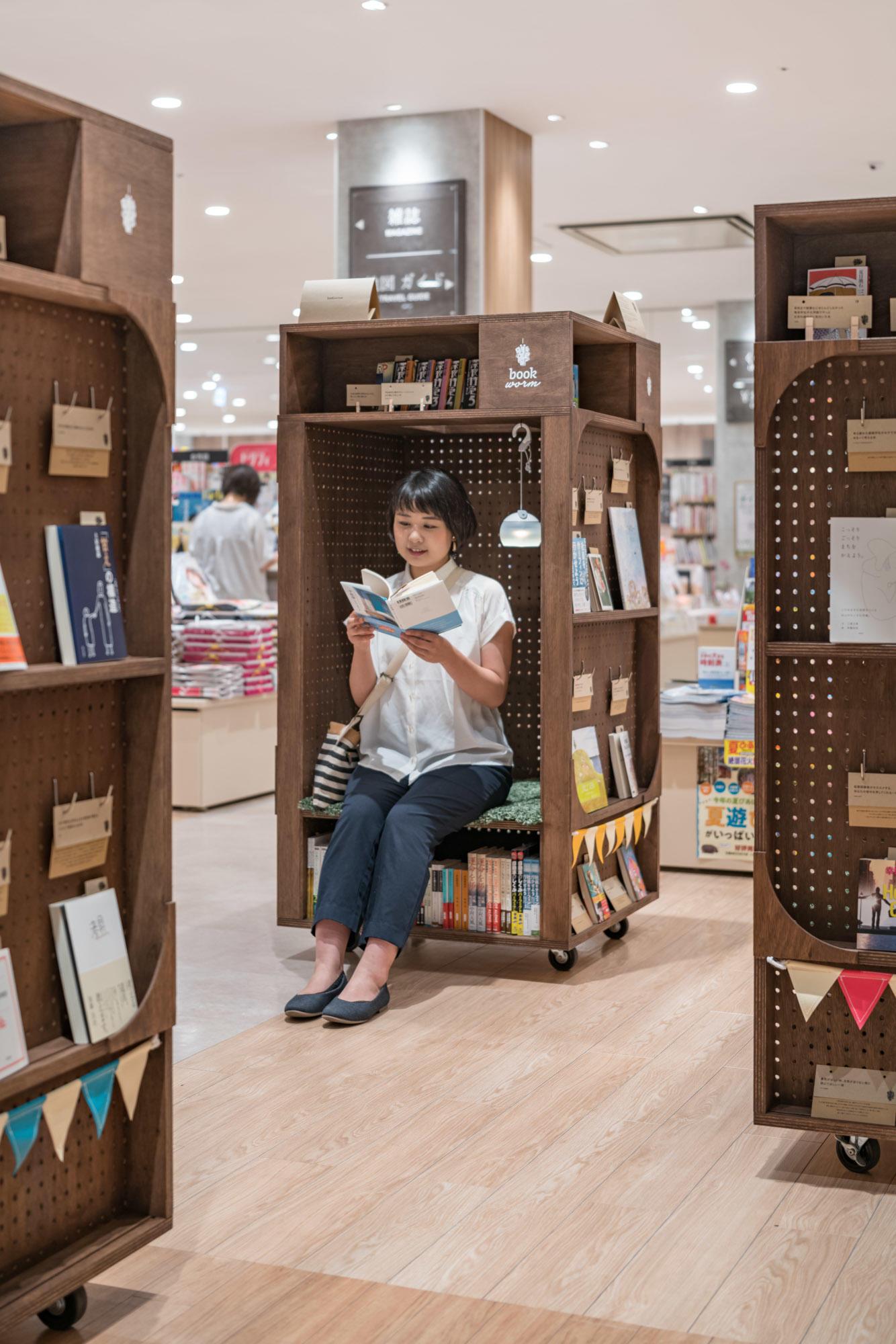 本棚の中に入って本を読むことができる