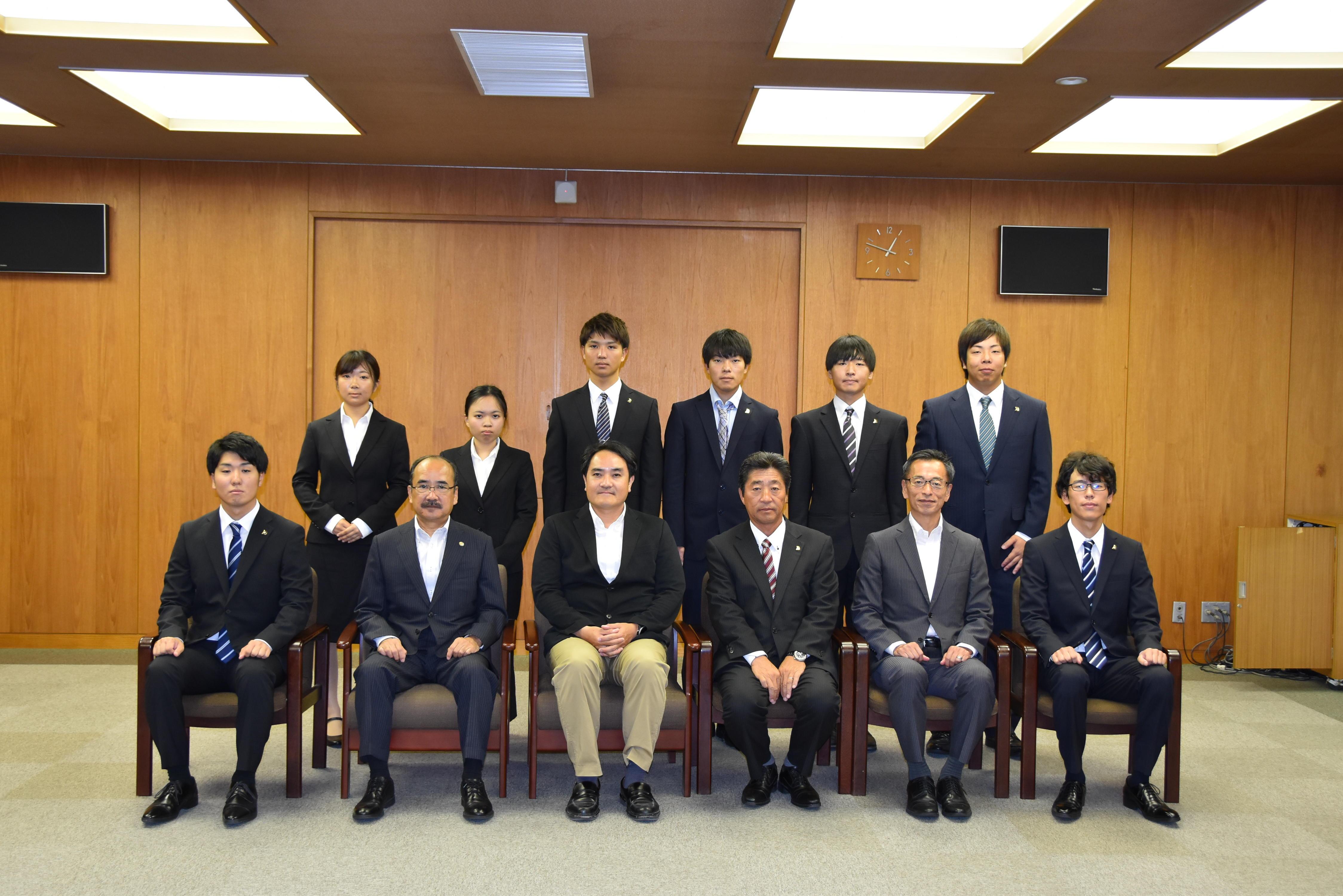 吉久光一学長らと記念写真に納まるヨット部員ら