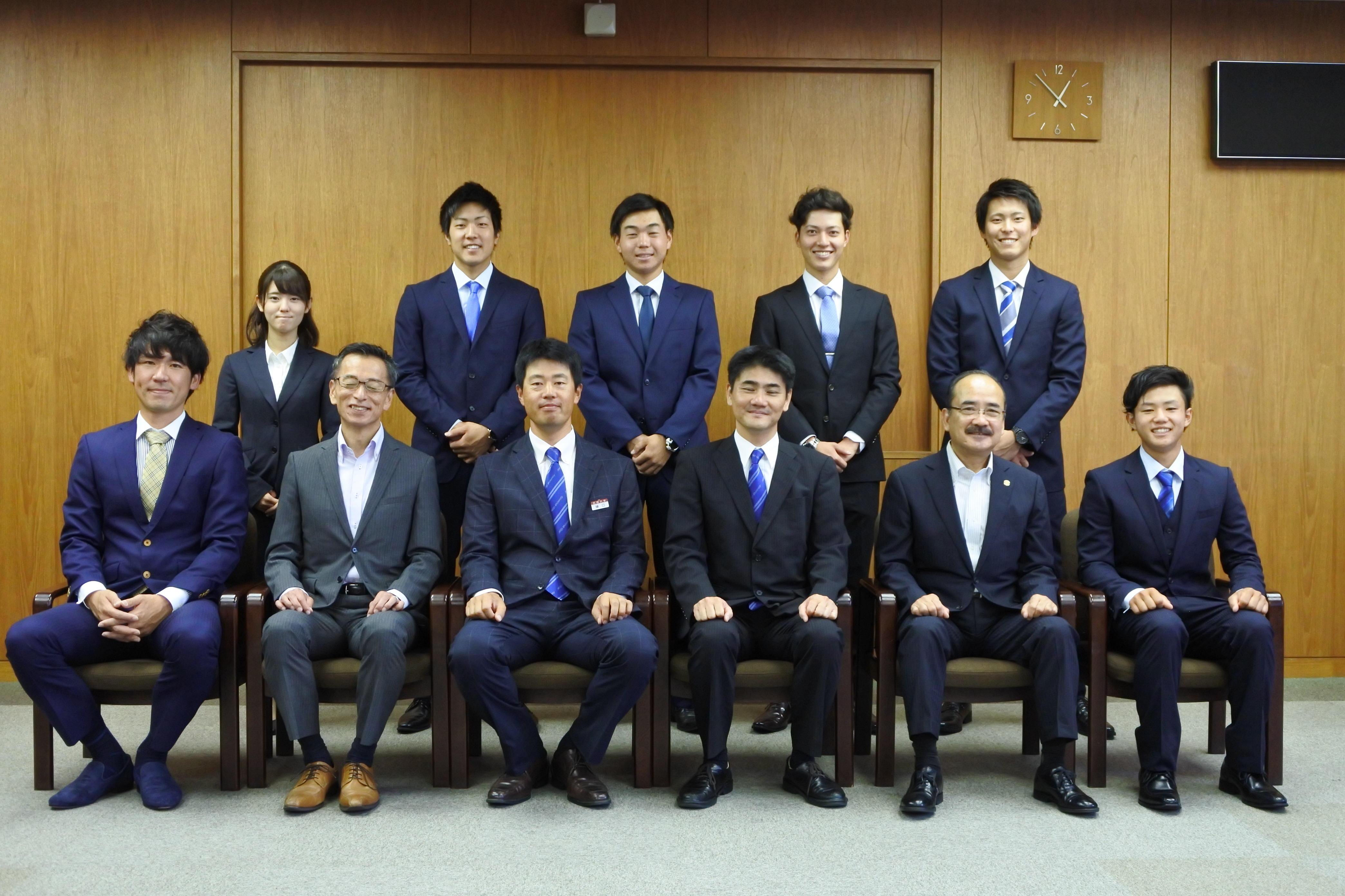 吉久光一学長らと記念写真に納まる準硬式野球部員ら