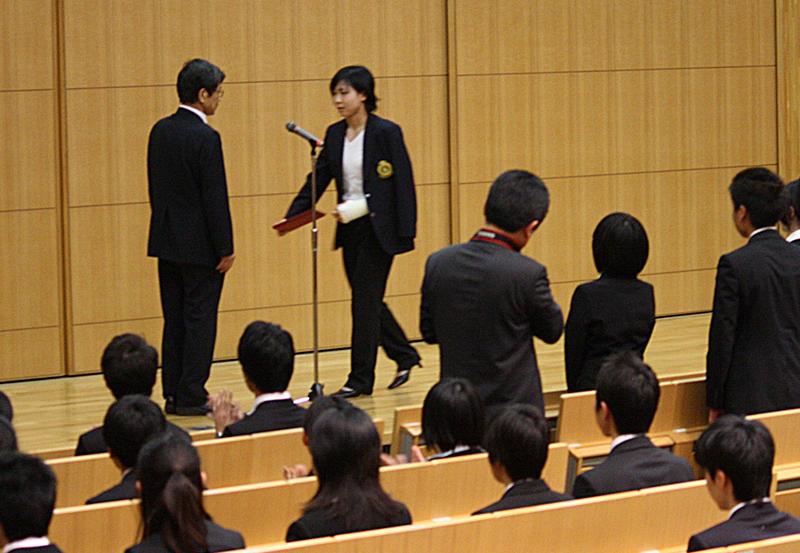 学長表彰を受ける柔道部女子キャプテンの上田さん