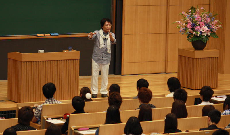 600人近い学生たちに講演する尾木さん