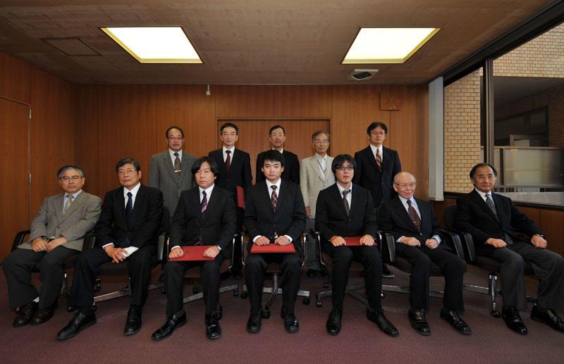 【写真】赤﨑教授との記念撮影に臨んだ「赤﨑奨学金」を贈られた3人(前列中央3人)