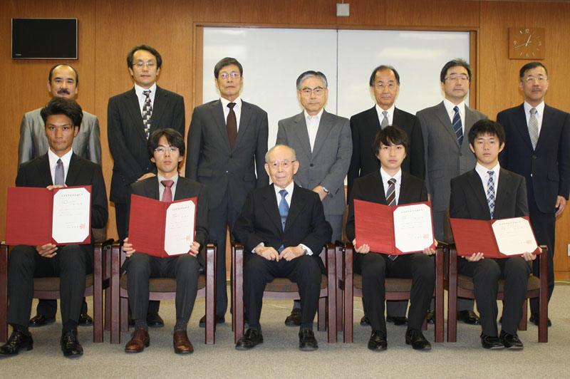 赤﨑教授(中央)との記念撮影に臨んだ左から奥村さん、塚本さん、肥田さん、戸邊さん