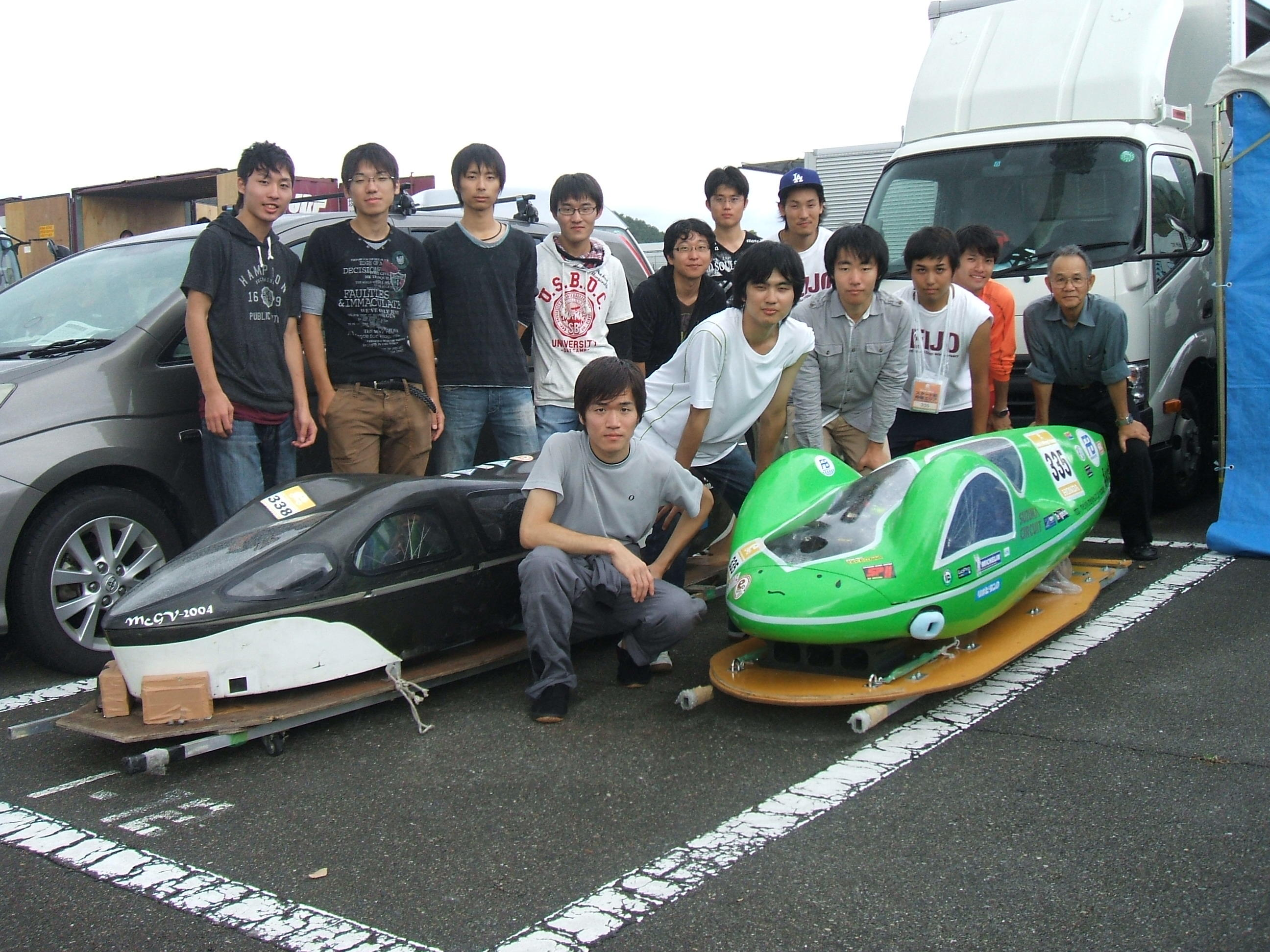 名城大学チームメンバーと省エネカー(写真右が準優勝のNova号)