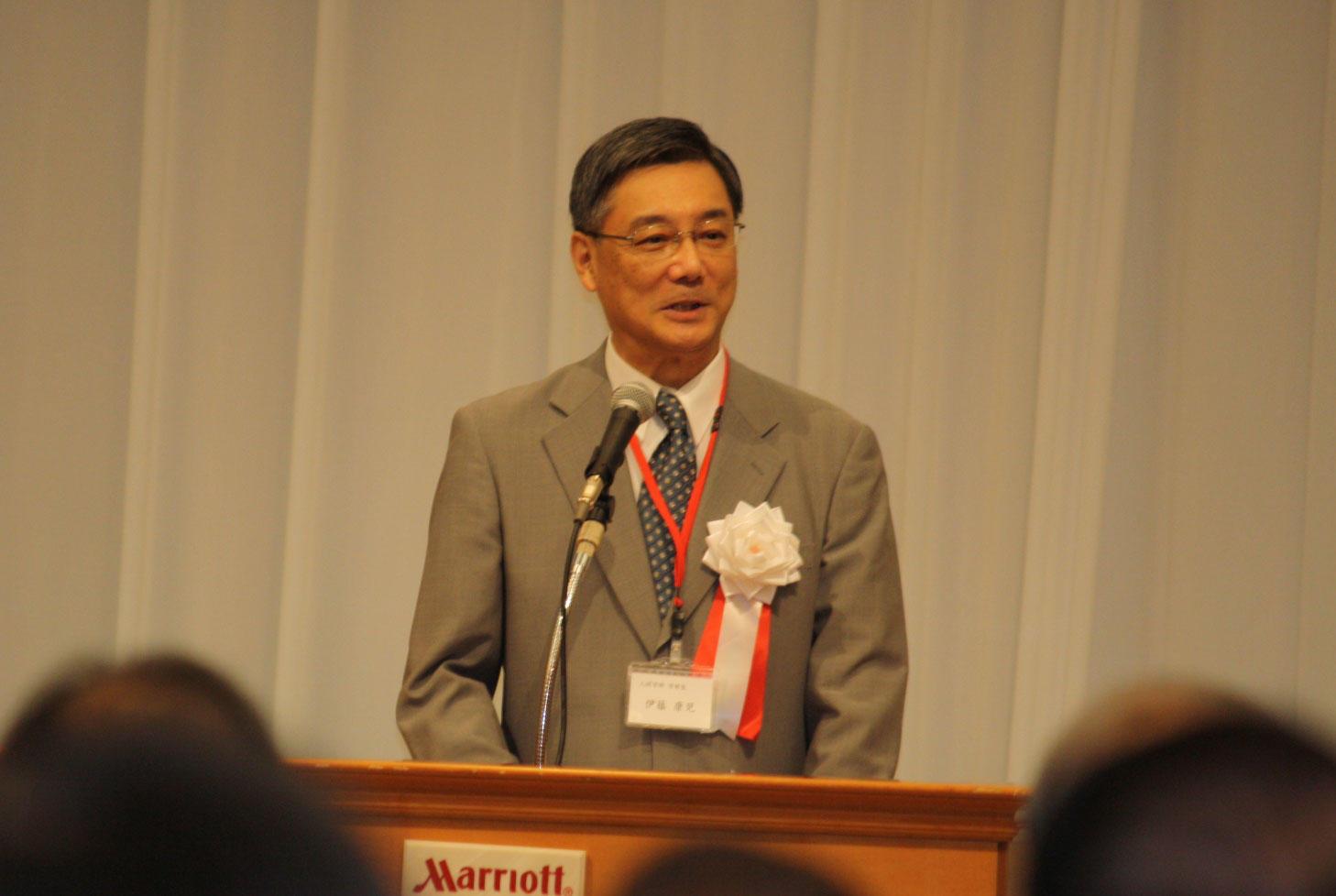 主催者を代表してあいさつする伊藤学部長