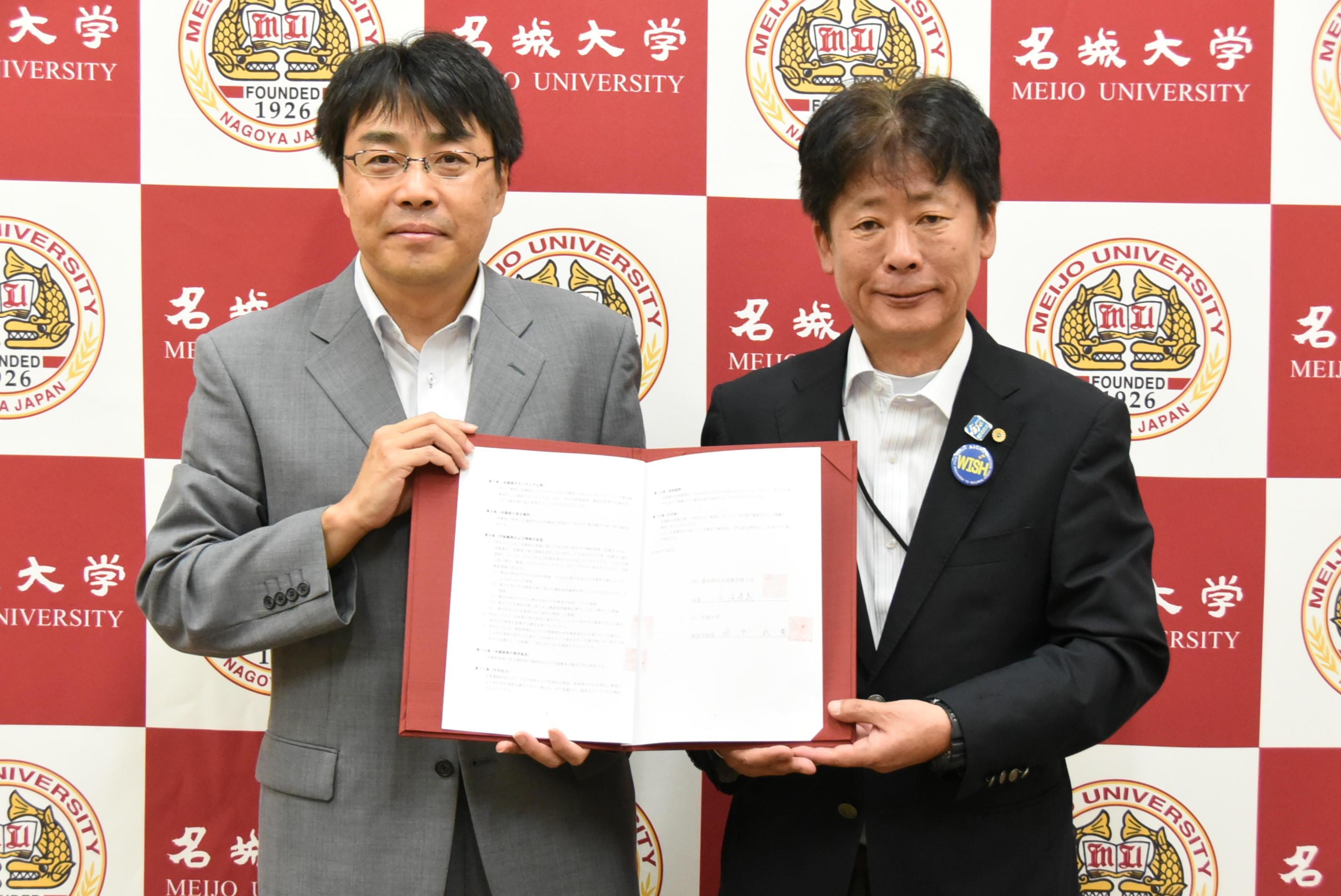 覚書を交わす田中経営学部長(左)と大滝愛知県社会保険労務士会会長