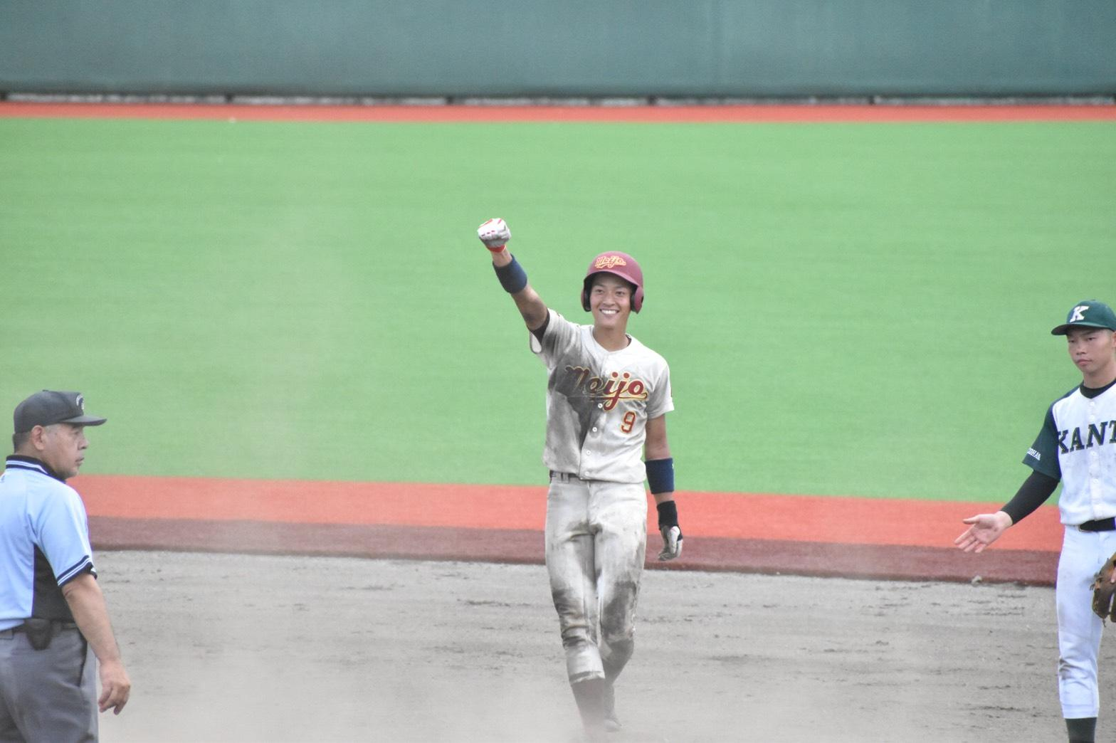 8回裏一死一塁、田中大海選手(法学部法学科3年)が2塁打でチャンスを広げる
