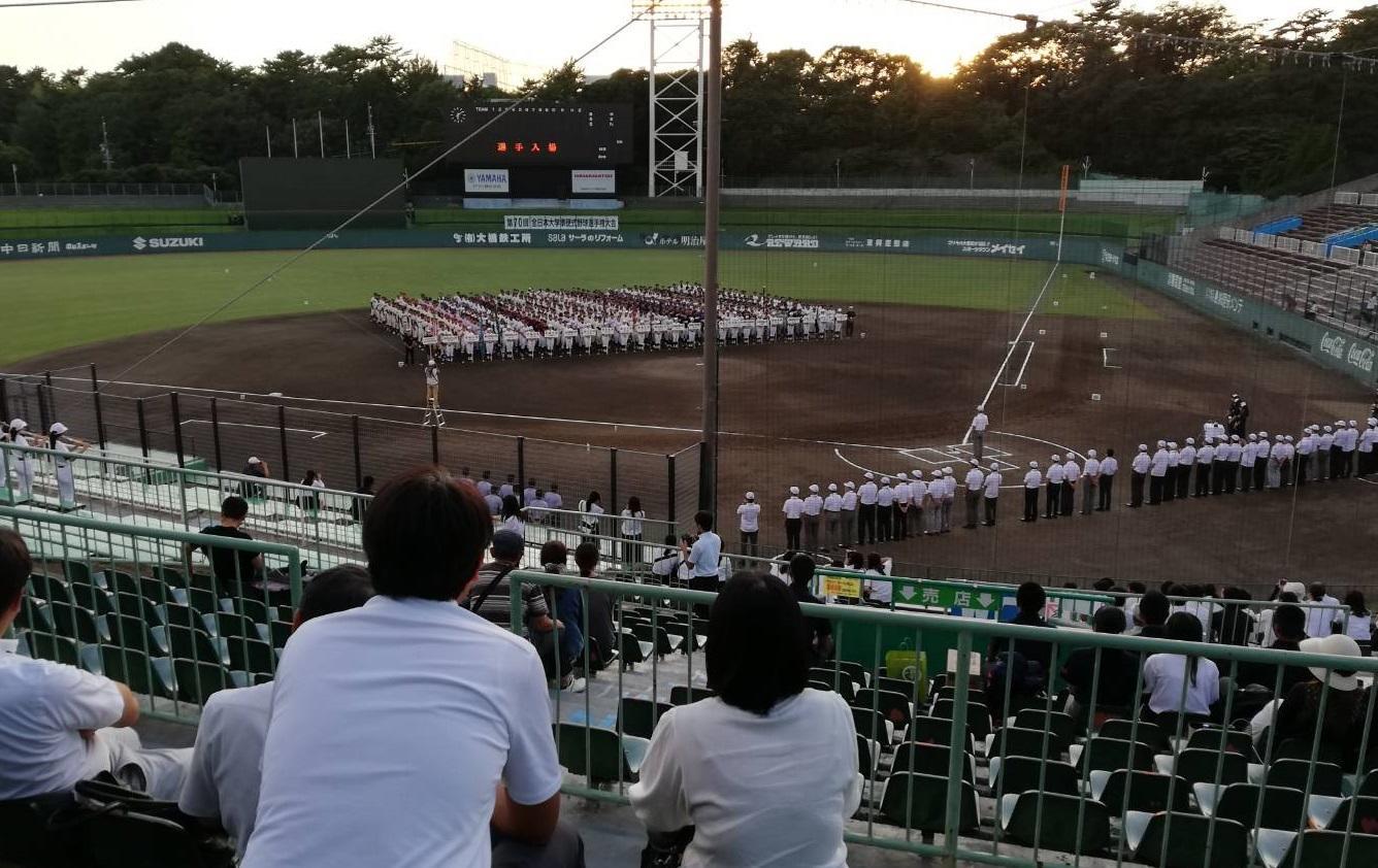 開会式に臨んだ準硬式野球部員ら