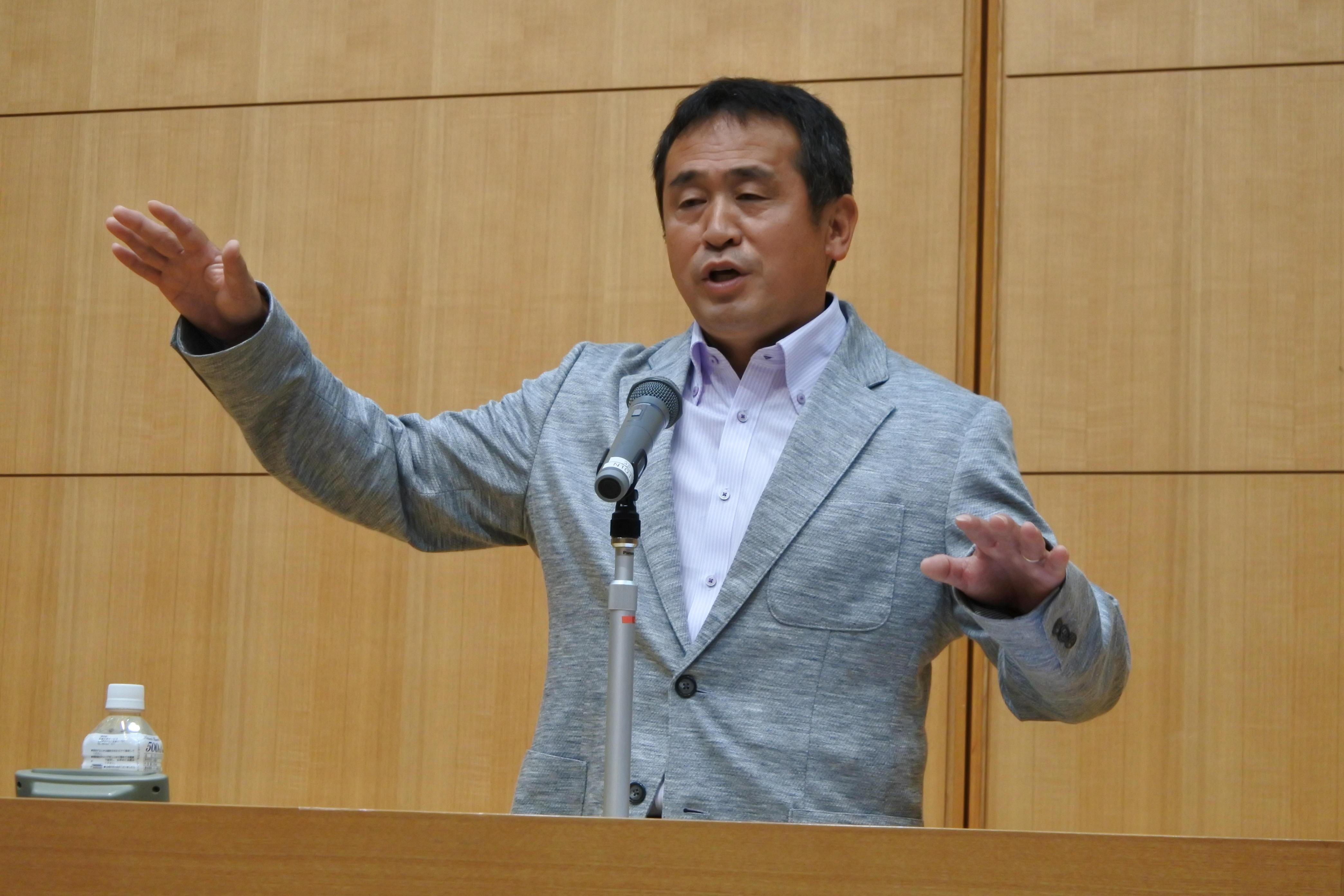 講演する米田監督