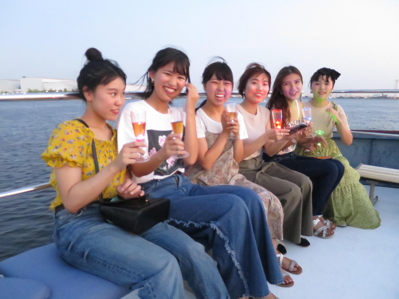 船上で記念写真に納まる参加者