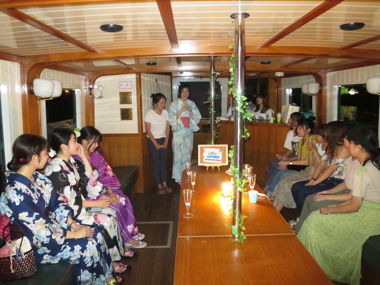 ツアーを終え、乗船に感謝する船本さん(奥左)と杉原さん(奥右)