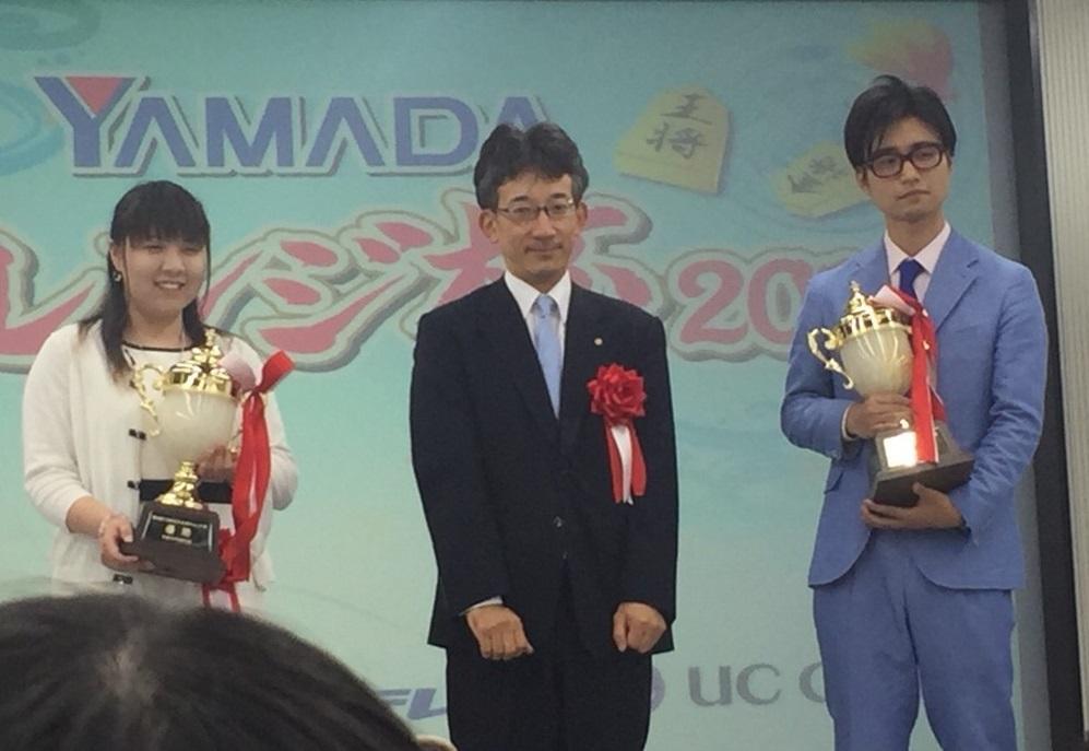 優勝トロフィーを手にする中澤さん(左)